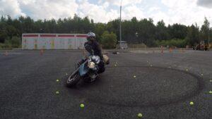 Мотоцикл наклонился в сторону