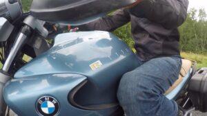 Колени сжимают бак мотоцикла