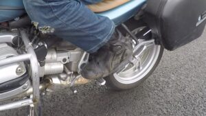 Ступни на подножках мотоцикла
